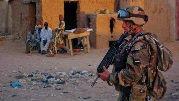 Французский солдат патрулирует город Гао в Мали. Архивное фото