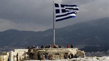 Греческий флаг на смотровой площадке Акрополя, архивное фото