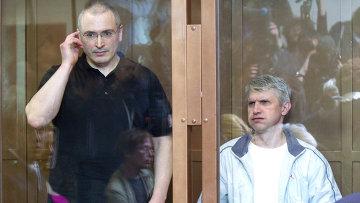 Экс-глава ЮКОСа Михаил Ходорковский и бывший руководитель МФО Менатеп Платон Лебедев (слева направо). Архивное фото