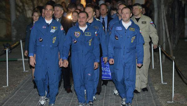 Члены экипажа пилотируемого корабля Союз-ТМА-08М на космодроме Байконур
