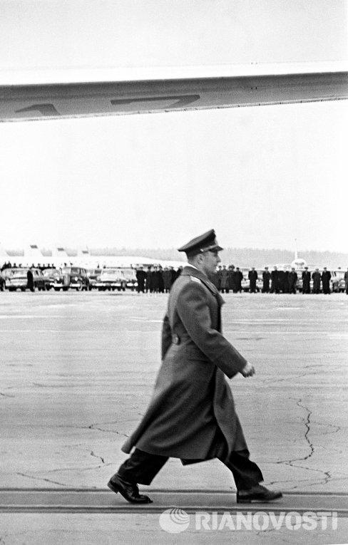 Ю.Гагарин на Внуковском аэродроме направляется для доклада о завершении полета
