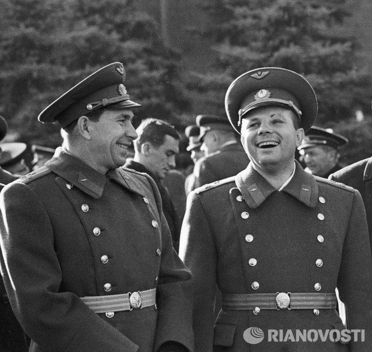 Космонавты Беляев и Гагарин на Красной площади