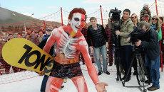 Участник шуточных костюмированных соревнований Зимний горнолужник-2013