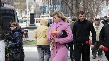 Белгородцы несут к месту трагедии цветы