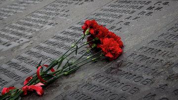 Цветы у стены Памяти в честь погибших в годы Великой Отечественной войны