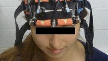 Доброволец проходит сеанс электростимуляции мозга, одновременно решая задачи в уме