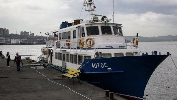 Судно Лотос, используемое для доставки пассажиров на остров Попова во Владивостоке. Архивное фото