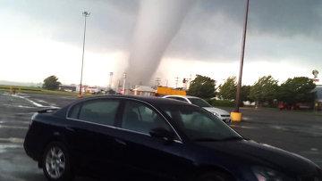 Очевидец снял, как зарождался торнадо, обрушившийся на Оклахому