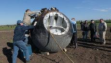Спасатели работают на месте посадки Бион-1М