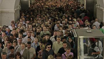 Пассажиры на станции метро Парк Культуры