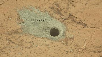 Пробуренный камень Камберлэнд со следами дрели марсохода и лазерных импульсов инструмента ChemCam