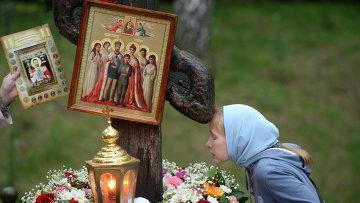Женщина у поклонного креста на Ганиной Яме, где были похоронены останки в Екатеринбурге