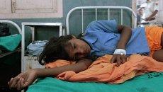 Ребенок, который отравился бесплатными обедами в штате Бихар на северо-востоке Индии