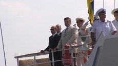 Путин и Янукович на катере осмотрели боевые корабли в Севастополе