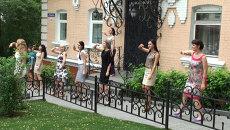 Офисные работники танцуют среди бела дня на центральной улице Владивостока