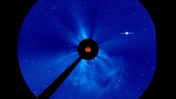 Корональный выброс на Солнце на снимке коронографа LASCO C3 на борту солнечной обсерватории SOHO, звезда справа - Меркурий