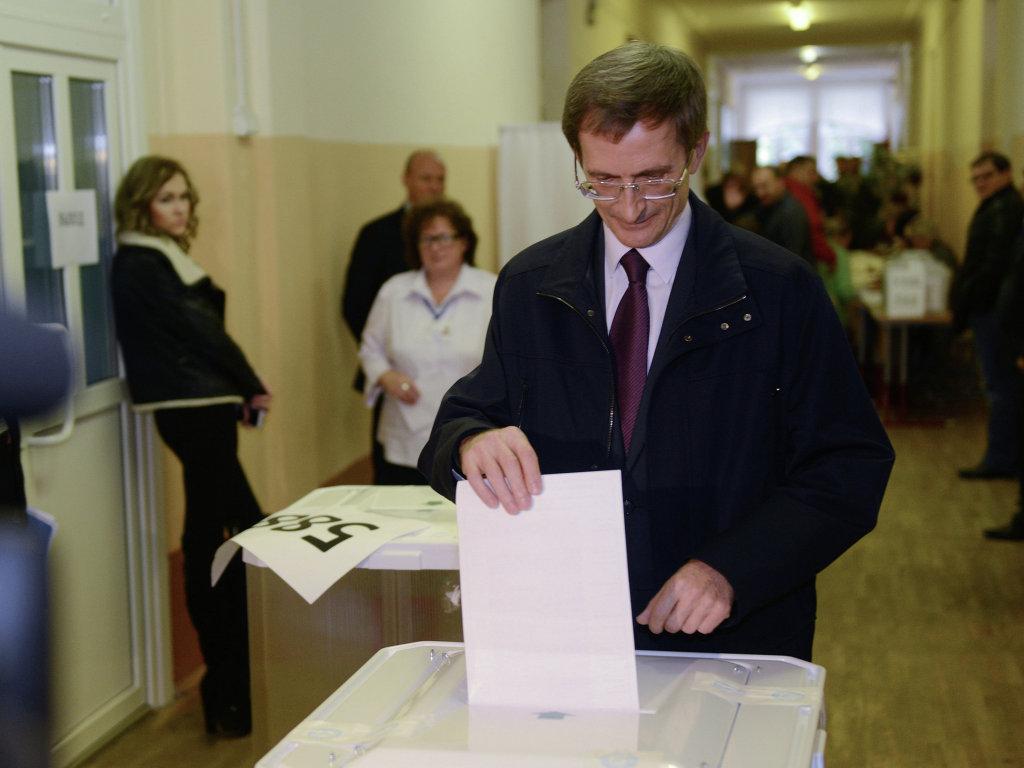 Кандидат в мэры Москвы от партии Справедливая Россия Николай Левичев опускает бюллетень в урну для голосования.