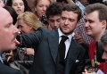 """Певец, актер Джастин Тимберлейк фотографирует себя с поклонником перед премьерой фильма Уилла Глака """"Секс по дружбе"""" в Москве"""