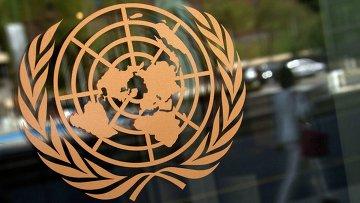 Логотип ООН на здании штаб-квартиры в Нью-Йорке