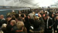 Пассажиры толкались и снимали на мобильные телефоны давку в столичном метро