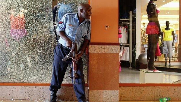 Полицейский в торговом центре в Найроби. Фото с места события