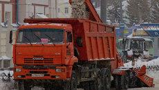 Уборка снега на улицах Томска, архивное фото