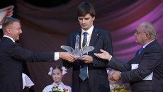 Лучшему учителю года вручили Хрустального пеликана под овации коллег