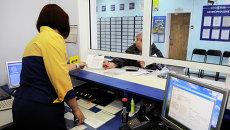 Пенсионерка в почтовом отделении. Архивное фото