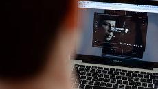 Пользователь смотрит фильм онлайн через социальную сеть Вконтакте. Архивное фото
