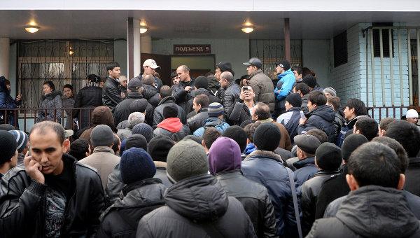Очереди мигрантов у отделения УФМС по Москве. Архивное фото