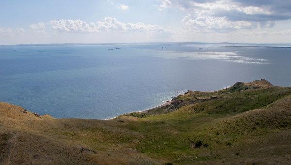 Вид с башни Еникальского маяка на Керченский пролив