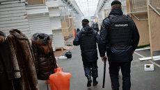 Сотрудники полиции на территории торгового центра Садовод в Москве. Архивное фото