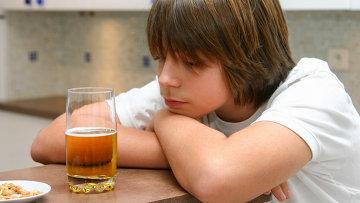 Мальчик смотрит на напиток