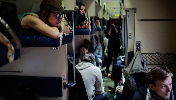 Пассажиры в плацкартном вагоне. Архивное фото