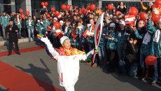 Сотни студентов встретили олимпийский огонь на острове Русский