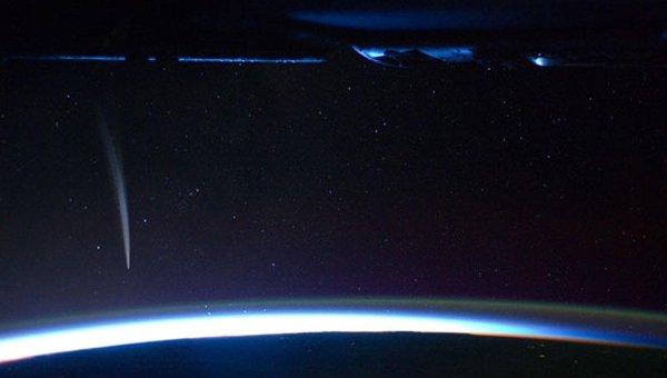 Снимок кометы Лавджоя (C/2011 W3 Lovejoy), сделанный с борта МКС астронавтом Дэно Бербэнком