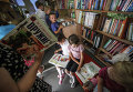 Школьники читают книги