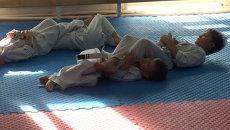 Малыши бросают друг друга на пол на первом занятии по джиу-джитсу в Приморье