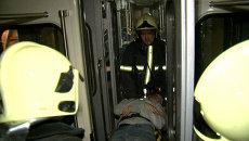 Спасатели эвакуировали людей из задымленных вагонов после взрыва в метро
