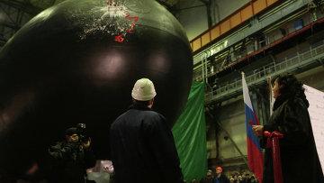 Дизель-электрическая подводная лодка Новороссийск во время церемонии спуска на воду на Адмиралтейских верфях в Санкт-Петербурге. Архивное фото
