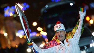 Факелоносец Вячеслав Новицкий во время эстафеты Олимпийского огня в Томске