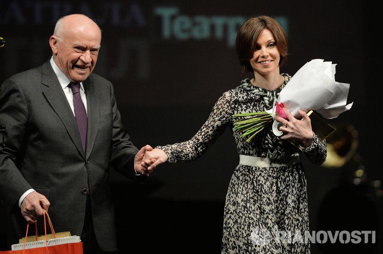 Врач-кардиолог Лео Бокерия вручает приз в номинации Лучшая актриса Александре Урсуляк