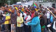 Сотни жителей ЮАР спели народные песни в память о Манделе у его дома