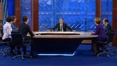 Д.Медведев дает интервью журналистам основных телеканалов