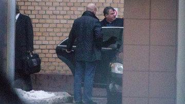 Анатолий Сердюков у здания главного военного следственного управления. Фото с места события
