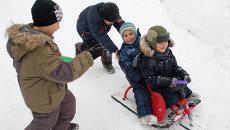 Дети катаются на лыжной трассе, архивное фото
