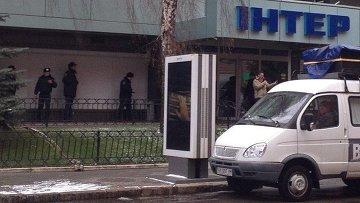 У здания телеканала Интер в Киеве. Архивное фото