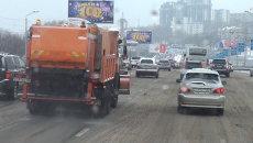Улицы Владивостока покрывают жидкими реагентами против льда