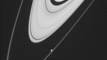 Белое пятно у тонкого внешнего кольца – это спутник Сатурна Прометей, небольшое пятнышко у толстого кольца – следы нового спутника Пегги