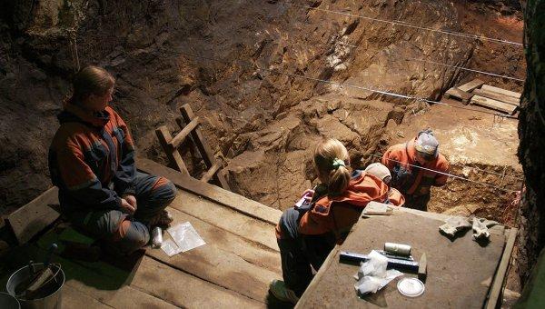Раскопки в Денисовой пещере на Алтае в июле 2011 года